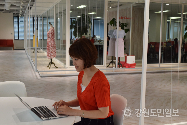 ▲ 에어클로젯 소속 스타일리스트가 고객의 정보와 취향을 기반으로 맞춤형 스타일을 고르는 작업을 하고 있다.
