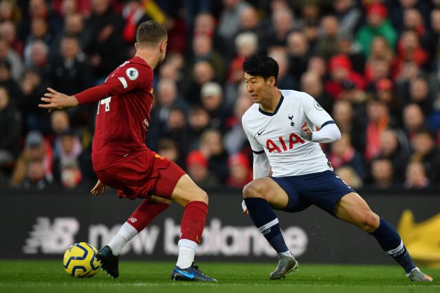 토트넘 홋스퍼 공격수 손흥민(오른쪽)이 27일(현지시간) 영국 리버풀 안필드에서 열린 리버풀과 잉글랜드 프리미어리그 경기 중 상대 미드필더 조던 헨더슨과 볼을 다투고 있다. 리버풀이 2-1로 승리했다.