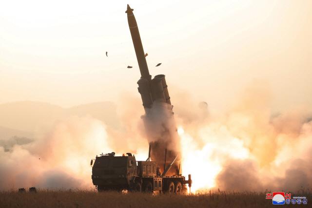 ▲ 북한이 지난달 31일 초대형 방사포 시험사격을 성공적으로 진행했다고 조선중앙통신이 1일 보도했다. 사진은 조선중앙통신이 이날 공개한 시험사격 모습. 2019.11.1