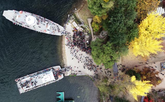 ▲ 3일 휴일을 맞아 춘천 남이섬을 찾은 관광객들이 막바지 단풍을  즐기고 있다.   최유진
