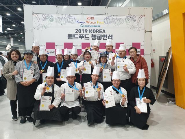 ▲ 코리아 월드푸드챔피언십에서 전원 수상의 성과를 거둔 영월 세경대 학생들
