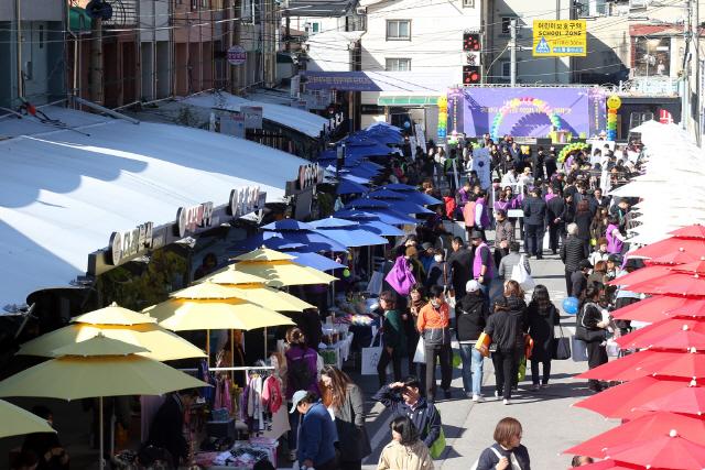 ▲ 강원랜드는 5일 정선 고한구공탄시장에서 하이원 희망나눔 플리마켓 행사를 개최했다.