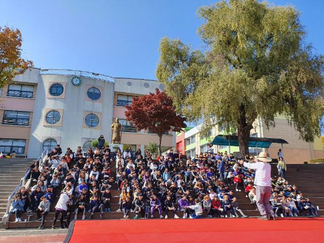 ▲ 강원도체육회는 5일 영월초교에서 4~6학년 학생 450여명이 참여한 가운데 '유소년 전통놀이 한마당'을 개최했다.