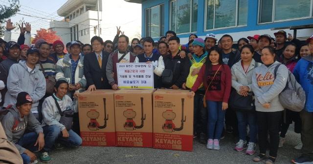 ▲ 외국인 계절근로자 85명이 5일 출국에 앞서 최광욱 부군수와 기념사진을 촬영했다.