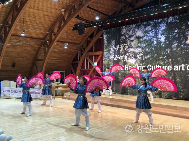 ▲ '숲 속 힐링 문화예술의 밤'이 지난 5일 오후 국립횡성숲체원에서 한국전통무예 '택견'을 비롯한 전통문화공연 프로그램으로 진행됐다.