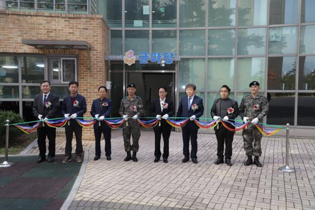 ▲ 육군 12사단은 6일 부대 아파트단지내에서 작은도서관'글마당'개관식을 가졌다