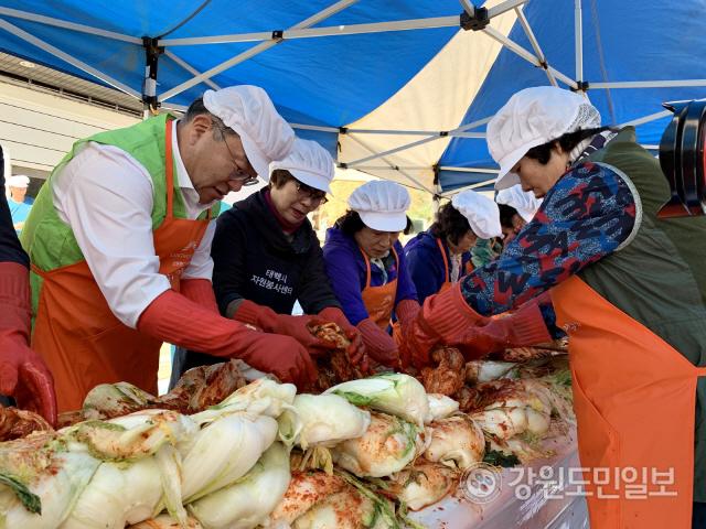 ▲ 강원랜드 복지재단은 지난 6일 태백시 자원봉사센터에서 올해 첫 김장 나눔 행사를 진행했다.김장 나눔은 오는 20일까지 폐광지역을 순회한다.