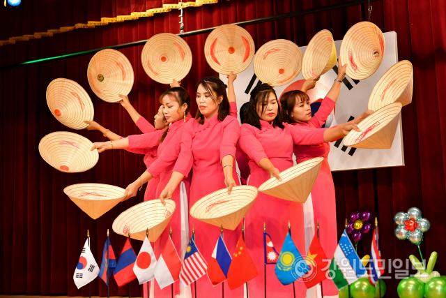 ▲ 정선 '다문화가족 어울한마당' 행사가 8일 정선종합복지관에서 여성 결혼이민자와 가족 등이 참석한 가운데 열렸다.