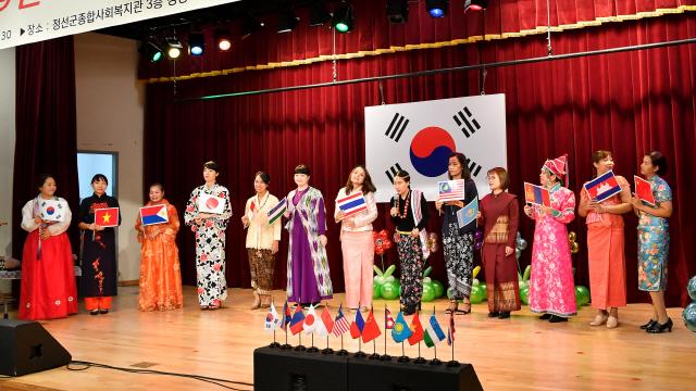 ▲ 정선 다문화가족 어울한마당 행사가 8일 정선종합복지관에서 여성 결혼이민자와 가족 등이 참석한 가운데 열렸다.