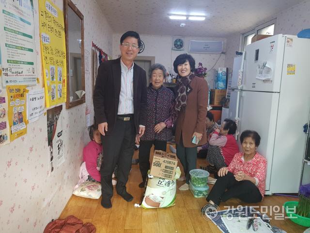 ▲  효자3동 효자교회(목사 김종호)는 12일 효삼 경로당에 김치와 쌀을 기부했다.