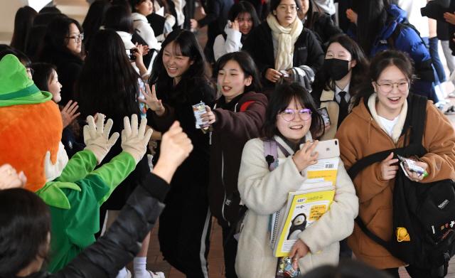 ▲ 2020학년도 대학수학능력시험을 이틀 앞둔 12일 춘천여고에서 3학년 수험생들이 후배들의 응원을 받으며 하교하고 있다. 최유진