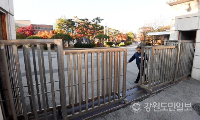 ▲ 2020학년도 대학수학능력시험일인 14일 시험장인 춘천고의 정문이 닫히고 있다.  최유진