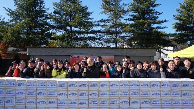 ▲ 춘천YMCA(이사장 허대영)이 14일 강원도시가스 주차장에서 설립 70주년을 기념한 '700포기 사랑의 김치나눔 행사'를 가졌다.김치는 노인정,지역아동센터 등 103곳에 전달된다.