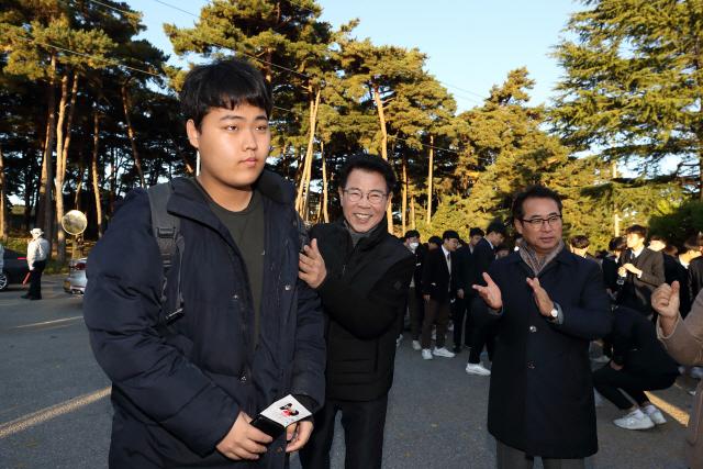 ▲ 김한근 시장과 최상복 교육장은 14일 강릉고를 방문해 수험생들을 격려했다.