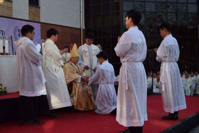 ▲ 천주교 춘천교구 사제·부제 서품식이 18일 춘천 가톨릭회관에서 열렸다.