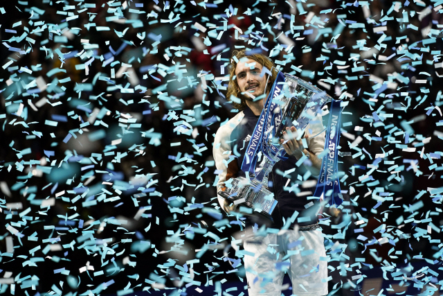 ▲ epa08004739 Stefanos Tsitsipas of Greece poses with his trophy after winning the final match against Dominic Thiem of Austria at the ATP World Tour Finals tennis tournament in London, Britain, 17 November 2019.  EPA/WILL OLIVER    <All rights reserved by Yonhap News Agency>