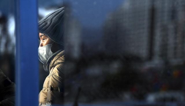 ▲ 기온이 크게 떨어지며 영하권의 체감온도를 보인 18일 춘천역 앞 버스정류장에서 두꺼운 옷차림의 한 시민이 버스를 기다리고 있다.   최유진