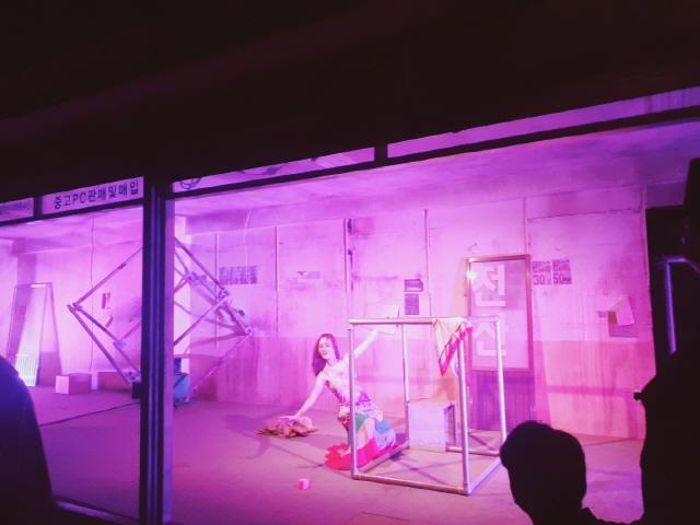 ▲ 최근 춘천후평공단 옛 조은담배 건물에서 진행된 조성희아하댄스씨어터의 루미큐브 공연 모습.