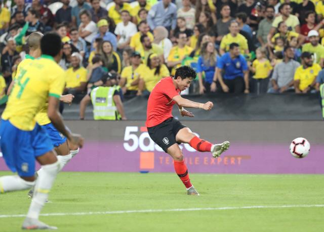 ▲ 19일(한국시간) 아랍에미리트(UAE) 아부다비의 모하메드 빈 자예드 스타디움에서 열린 대한민국과 브라질 대표팀의 친선경기에서 손흥민이 중거리슛을 날리고 있다. 2019.11.19