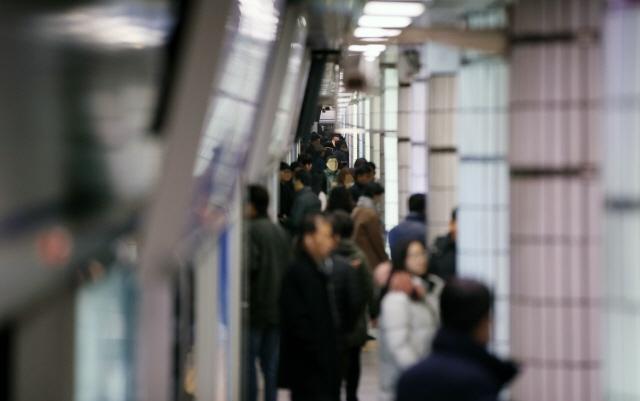 ▲ 철도노조 파업 사흘째인 22일 오전 서울 시청역에서 시민들이 지하철을 이용하고 있다. 2019.11.22