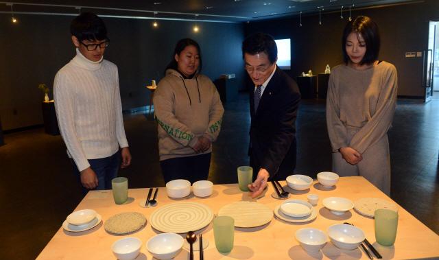 ▲ 양구 백토마을작가 작품전시전 및 기획전이 22일 양구백자박물관 기획전시실에서 열렸다.