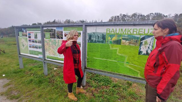 ▲ 그뤼네스반트 프로젝트를 시작한 독일 최대 환경단체인 분트(BUND)관계자들이 튀링겐주 그뤼네스반트에서 진행 중인 시민 중심의 나무심기 운동 'Aktion BAUMKREUZ(행동하라!나무십자가)'방향에 대해 이야기를 나누고 있다.