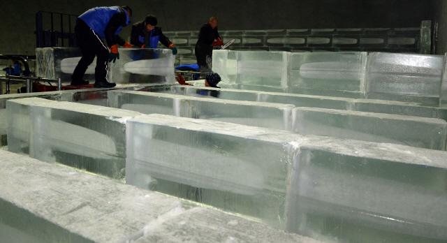 ▲ 27일 화천읍 서화산 다목적 광장에서 중국 하얼빈 얼음조각기술자들이 얼음조각 광장 조성 작업을 하고 있다. 얼음조각 광장은 실내 규모로는 세계 최대로 내달 21일 개장한다.    방병호