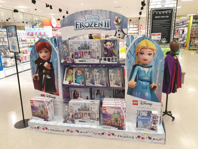 ▲ 5일 오후 춘천의 한 대형마트 장난감 코너에 누적 관객수 900만명을 넘은'겨울왕국2'관련 상품들이 판매되고 있다.