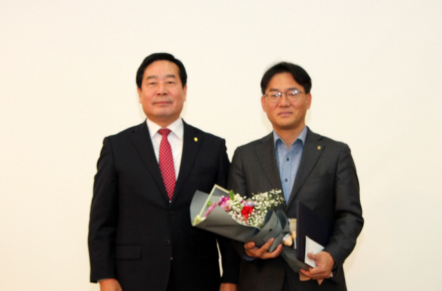 ▲ 김성용 농협 정선군지부장(오른쪽)이 5일 농협 강원본부에서 지자체 협력사업 도내 최우수사무소 표창을 수상했다.