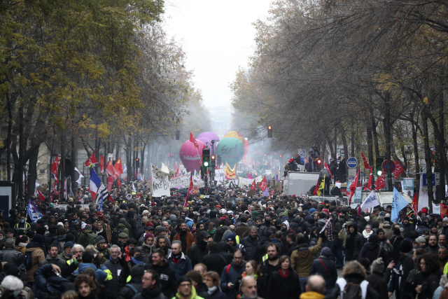 ▲ 5일(현지시간) 프랑스 파리에서 정부의 연금개편에 반대하는 시위대가 행진을 벌이고 있다. 이날 프랑스에서는 전국 규모의 연금개편 저지 총파업과 대규모 집회가 진행되면서 파리의 관광명소인 에펠탑이 문을 닫고 초고속 열차 등 주요 교통수단들이 멈춰 섰다.