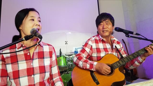 ▲ 포크가수 해와달 홍기성,박성희 부부가 화천 공연장에서 노래를 부르고 있다.