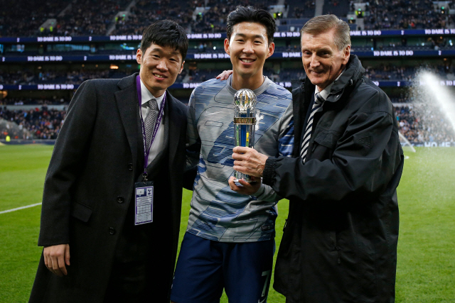 ▲ Tottenham Hotspur's South Korean striker Son Heung-Min (C) poses with his trophy and with former Scotland manager Andy Roxburgh (R) and an ambassador for the AFC (L) after been named AFC Asian International Player of the Year for a third time before the English Premier League football match between Tottenham Hotspur and Burnley at Tottenham Hotspur Stadium in London, on December 7, 2019. (Photo by Ian KINGTON / AFP) / RESTRICTED TO EDITORIAL USE. No use with unauthorized audio, video, data, fixture lists, club/league logos or 'live' services. Online in-match use limited to 120 images. An additional 40 images may be used in extra time. No video emulation. Social media in-match use limited to 120 images. An additional 40 images may be used in extra time. No use in betting publications, games or single club/league/player publications. /