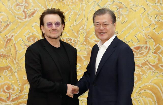 ▲ 문재인 대통령이 9일 청와대에서 예방한 록밴드인 'U2'의 보컬이자 사회운동가 보노 접견에 앞서 악수하고 있다.   1976년 아일랜드 더블린에서 결성된 U2는 전 세계에서 1억 8천만여장의 앨범 판매고를 올리고 그래미를 총 22회 수상한 유명 밴드다. 리더인 보노는 빈곤·질병 종식을 위한 기구인 '원'(ONE)을 공동 설립하고 빈곤 퇴치 캠페인에 적극적으로 나서며 과거 노벨평화상 후보에 오르기도 한 인물이다. 2019.12.9