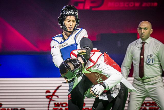▲ 이대훈이 최근 러시아 모스크바 디나모 경기장에서 열린 2019 세계태권도연맹(WT) 월드태권도 그랑프리 파이널 남자 68㎏급 결승에서 브래들리 신든(영국)에게 공격하고 있다.