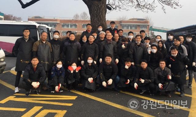 ▲ 춘천바이오산업진흥원(유지욱 원장)은 10일 춘천 조운동 일원에서 임·직원이 참여한 가운데 일촌공동체 강원본부와 '사랑의 연탄나눔' 행사를 갖고 봉사활동을 했다.