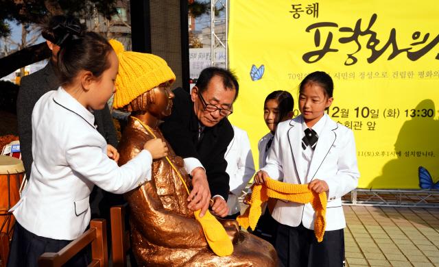 ▲ 동해 평화의 소녀상 건립 제막식이 10일 문화예술회관 앞에서 열려 기무라 히데또 씨등 일본인들이 소녀상에 헌화하고 있다.