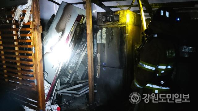 ▲ 11일 오전 1시 44분쯤 정선군 정선읍 신월리의 한 요양원 관리동에서 불이나 보일러실 5㎡와 농산물 및 건조기 등이 불에 탔다.