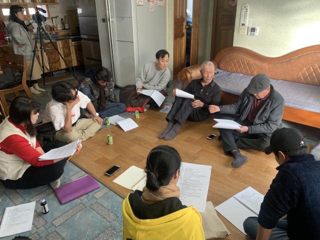 ▲ 지역 실향민 출신 주민들과 함께 연극 '그날,그날에'를 준비하고 있는 극단 파람불 연습 모습