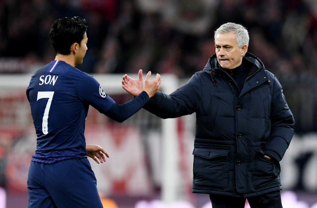▲ Soccer Football - Champions League - Group B - Bayern Munich v Tottenham Hotspur - Allianz Arena, Munich, Germany - December 11, 2019  Tottenham Hotspur manager Jose Mourinho shakes hands with Tottenham Hotspur's Son Heung-min after the match              REUTERS/Andreas Gebert