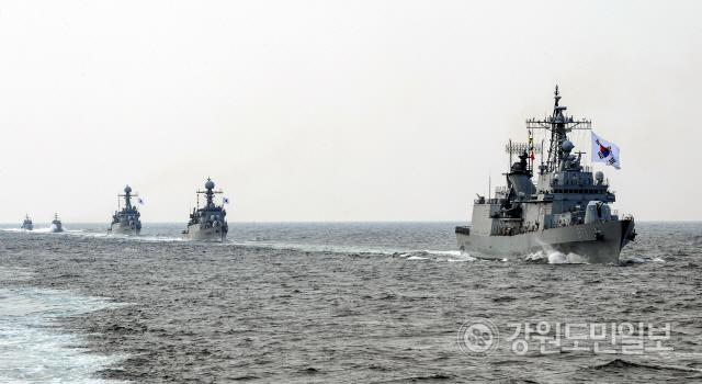 ▲ 해군 1함대 해상기동훈련에 참가한 광개토대왕함과 속초함,원주함 등이 12일 동해상에서 진형을 형성하며 훈련을 하고 있다..