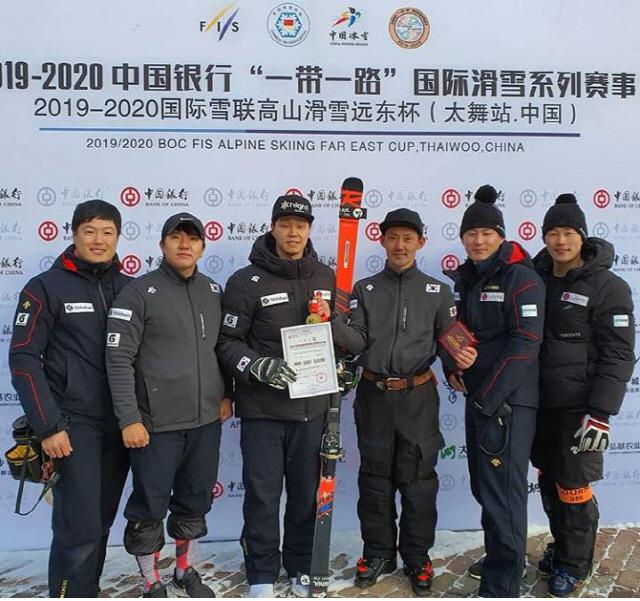 ▲ 한국 알파인 스키의 간판 하이원 정동현이 2019-2020시즌 국제스키연맹(FIS) 극동컵 중국 대회에서 종합 1위를 차지했다.정동현(사진 왼쪽 세 번째)이 중국 극동컵 시리즈 최고 승점 시상식에 참석해 기념촬영을 하고 있다.