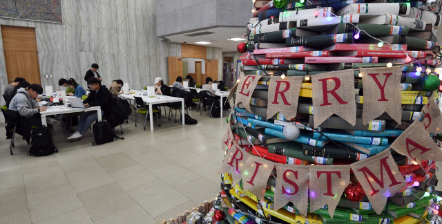 ▲ 19일 강원대 춘천캠퍼스 도서관에서 학생들이 연말연시 분위기도 잊은 채 공부에 열중하고 있다.   최유진