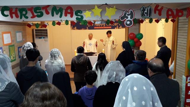 ▲ 천주교 춘천교구 김운회교구장은 25일 춘천성체지역아동센터에서 성탄 대축일 미사를 봉헌했다.