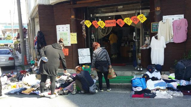 ▲ 춘천 맛이 예쁜 집(대표 박은정)은 매달 셋째주 토요일,매장을 무료로 개방하고 플리마켓을 운영한다.이 자리에서 주민들이 직접 만든 공예품과 중고물품 등이 거래된다.