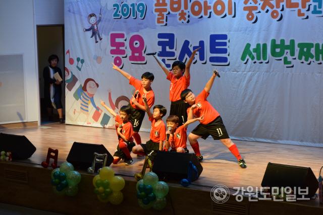 ▲ 풀빛아이 중창단(음악감독 정은하)은 지난 28일 춘천시청 대회의실에서 동요 콘서트 '세 번째 이야기'를 열었다.
