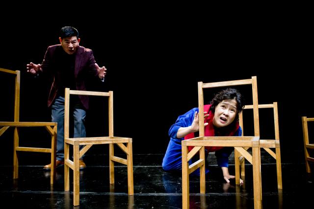 ▲ 연극 '의자들' 공연 모습