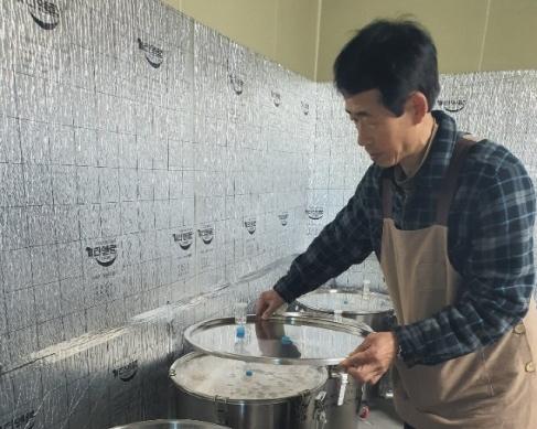 ▲ 마용옥 공장장이 누룩으로 만든 약주를 설명하고 있다.