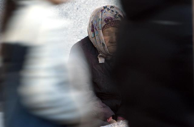▲ 서민들에게 더욱 춥고 힘든 겨울이 시작됐다. 비가 그치며 기온이 크게 떨어진 2일 춘천풍물시장에서 한 상인이 몸을 움츠린채 손님을 기다리고 있다.   최유진