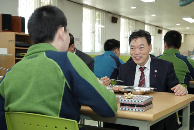 ▲ 김오수 법무부 장관 직무대행이 2일 신촌정보통신학교(춘천소년원)를 방문,소년원생과 식사를 하며 소통의 시간을 가졌다.