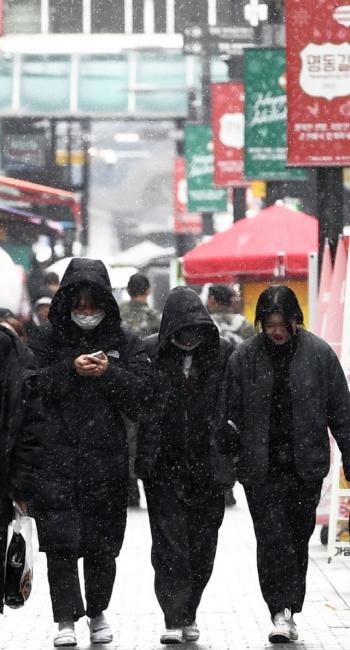 ▲ 영서지역에 반짝 눈이 내린 3일 춘천 명동에서 시민들이 눈을 맞으며 거리를 걷고 있다.   최유진